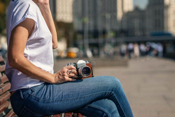 彼氏の写真を撮る女性