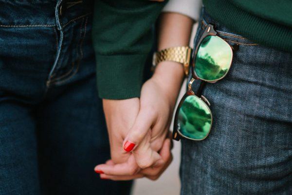 元彼と手を繋ぐ女性